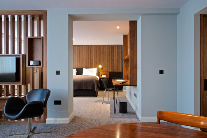 Set in the former newsroom of the Coventry Telegraph, Telegraph Hotel – Coventry offers 88 1960s-inspired rooms.