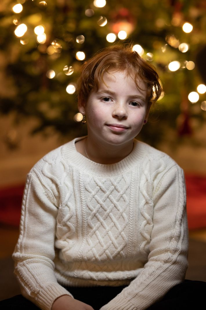 In the resulting image, both her daughter and the tree lights are nicely exposed.