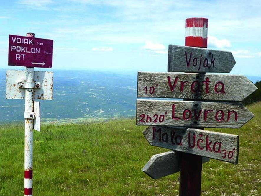 Istrian waymarkers give distances in time