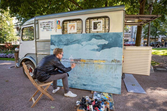 Polish artist Mariusz Robaskiewicz paints the city.