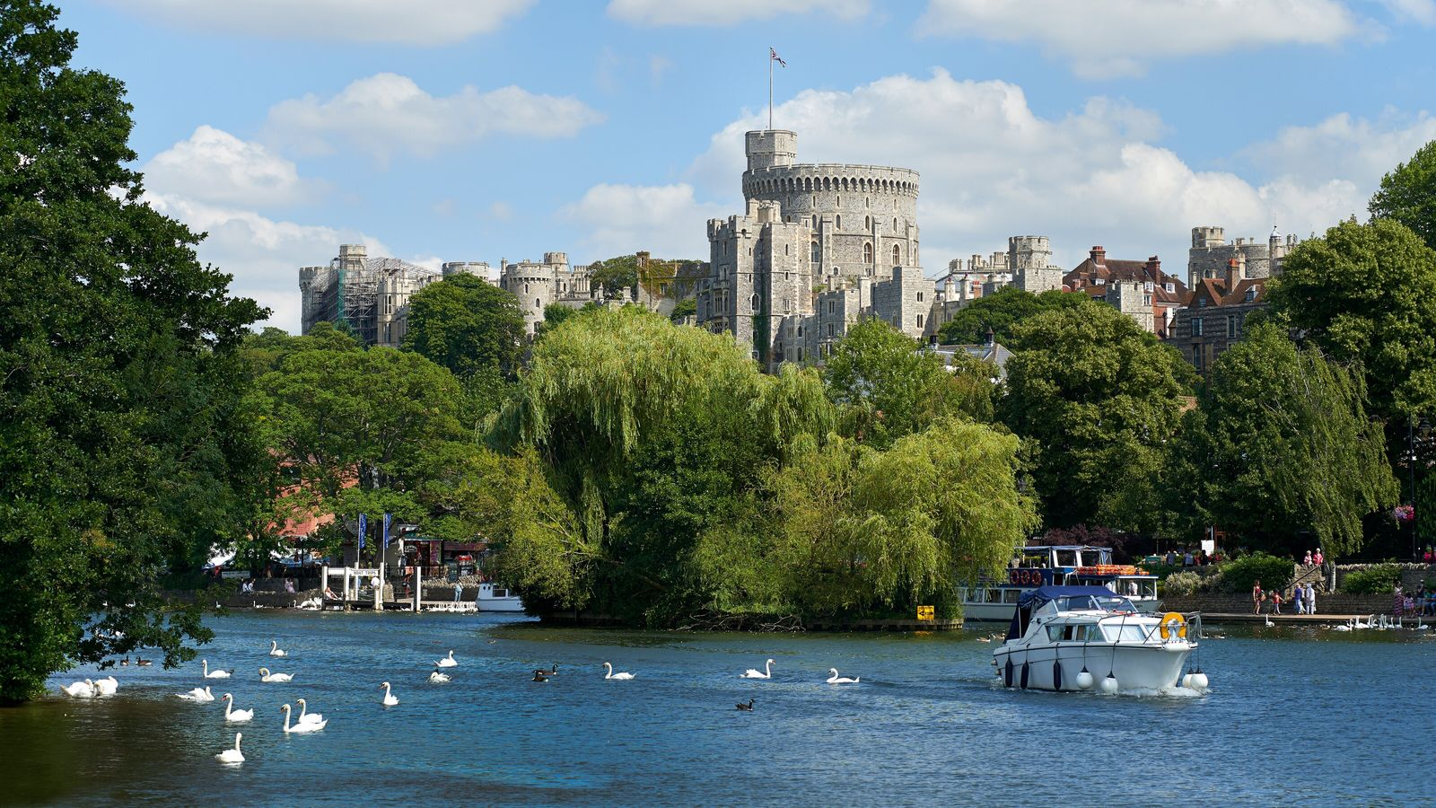 The picturesque castle-front stretch of the Thames Path