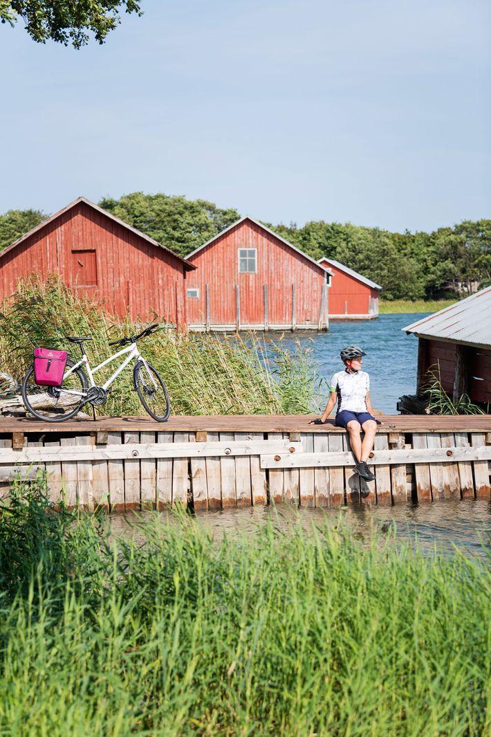 Cyclist on the Archipelago Trail