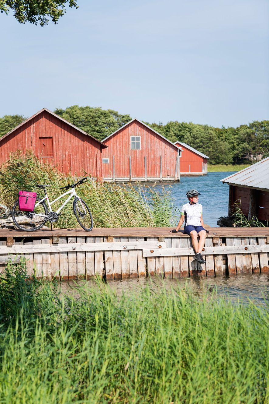 Cyclist on the Archipelago Trail.