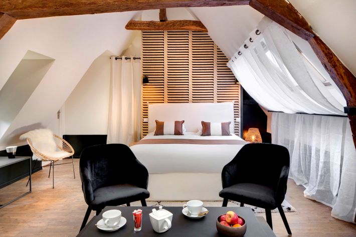 Maison des Ducs, which houses three contemporary apartments, is aself-catering annexe to the Hôtel des Ducs, ...
