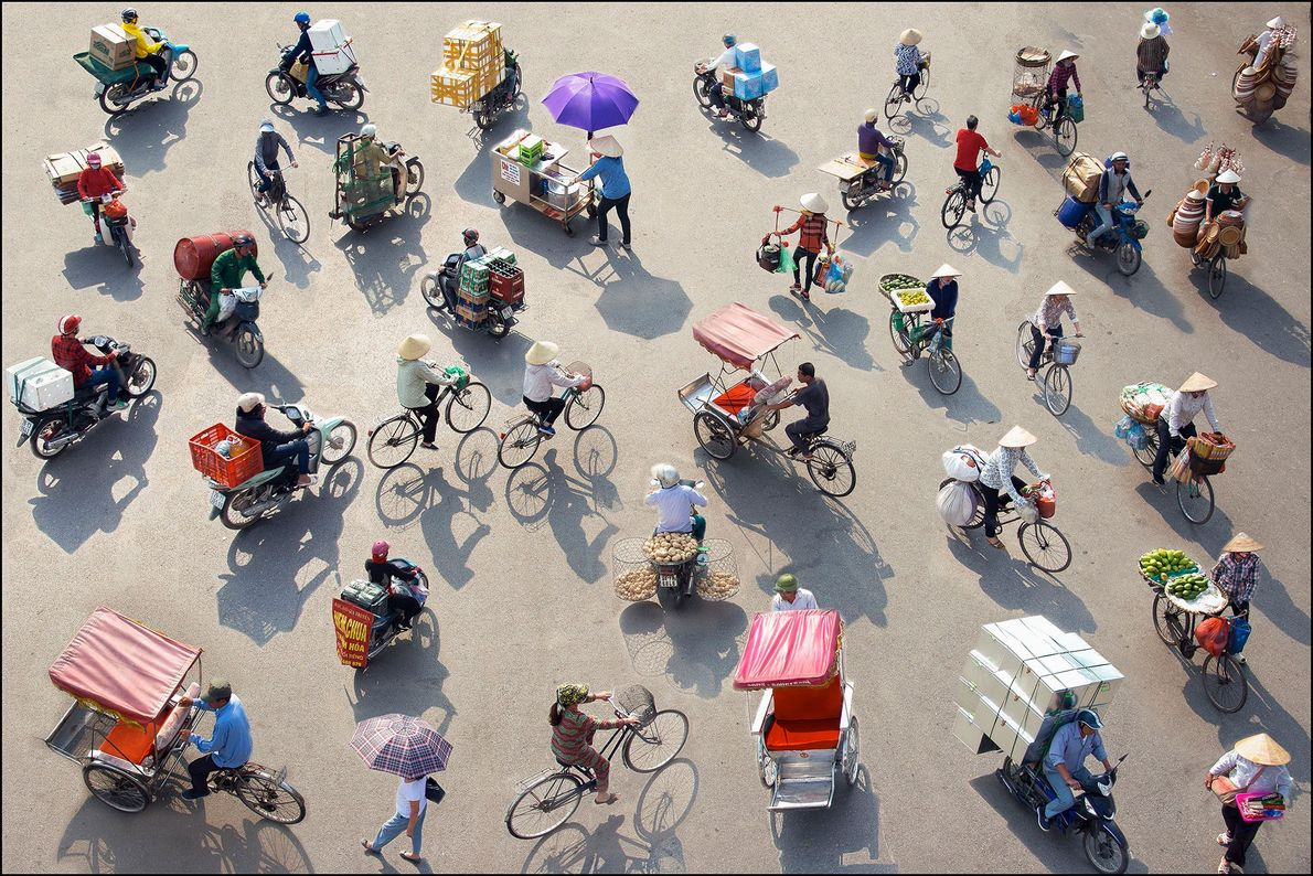 Hà Nội, Ha Noi, Vietnam Pedaling through the city from early morning through late night, bicycles weighed …